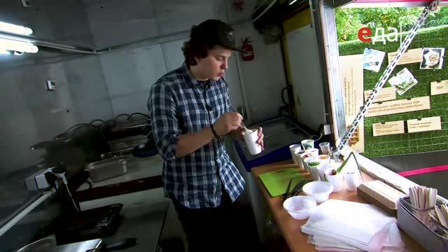 Жареные пельмени с заправкой из сметаны, маринованного огурца и чили перца