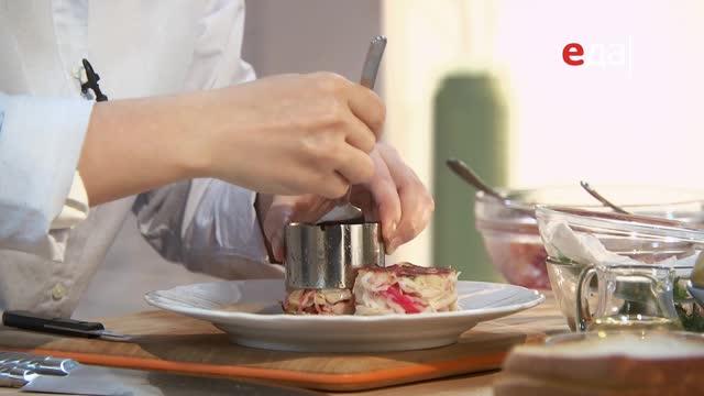 Крабовый кейк. Филе трески с пюре из пастернака и йогуртовым соусом. Фруктовый десерт с арахисовой пастой