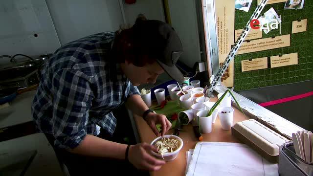 Рамэн со свиным животом, маринованным яйцом и грибами эноки
